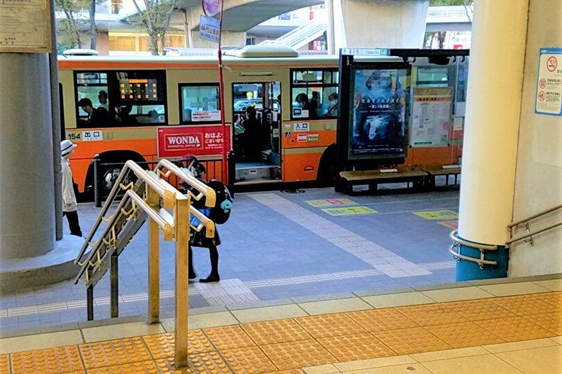 小田急の改札の前を通り、階段を下りてバスロータリーに出たら右方向に向かいます。