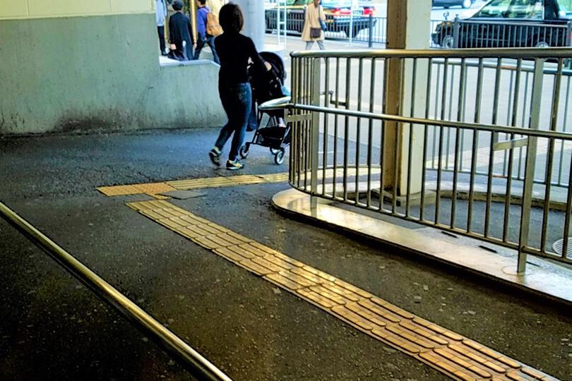 スロープを下り、バスロータリーに出たら右方向に向かいます。