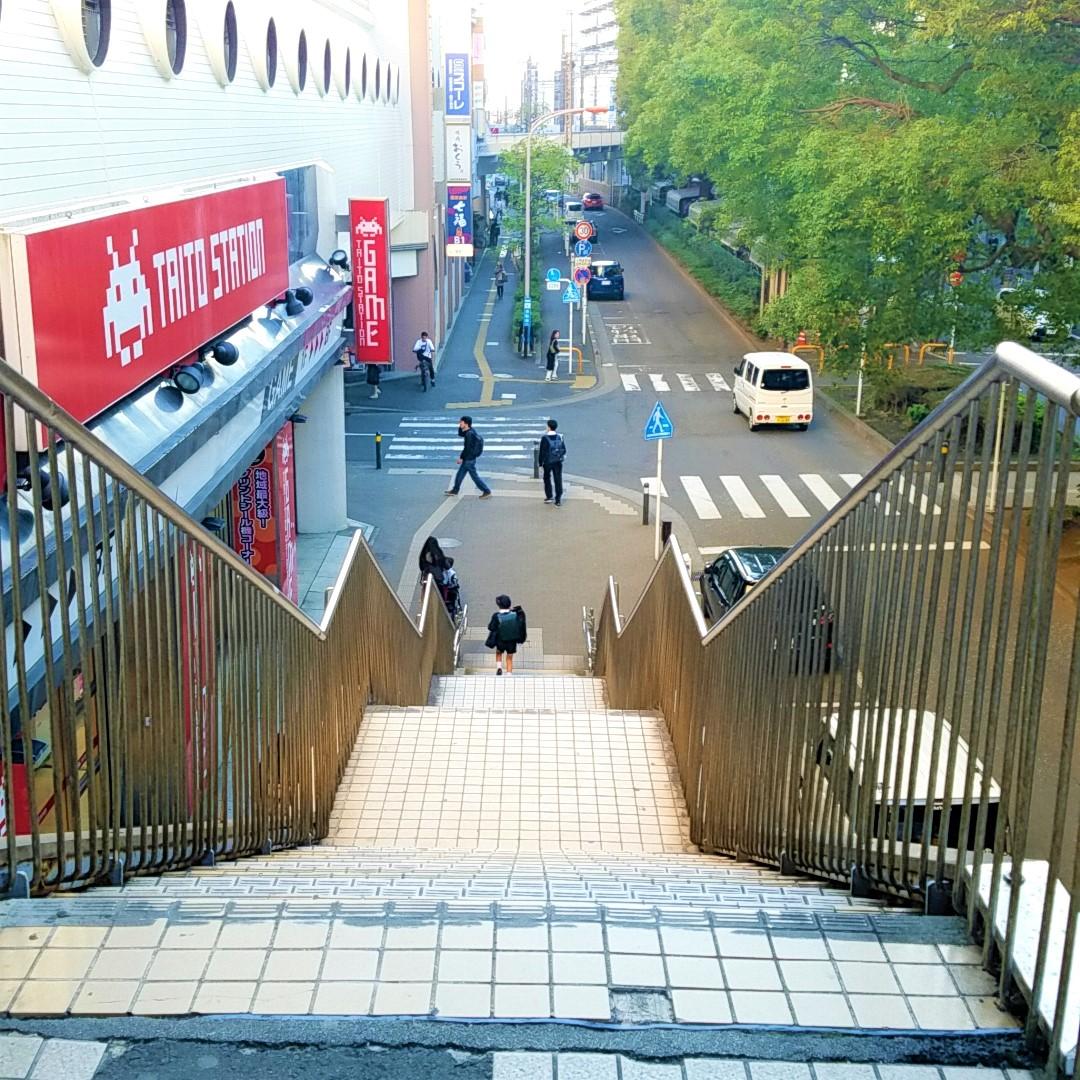 下り階段を下ります ※階段を使えない方は小田急デパートのエレベーターをご利用下さい